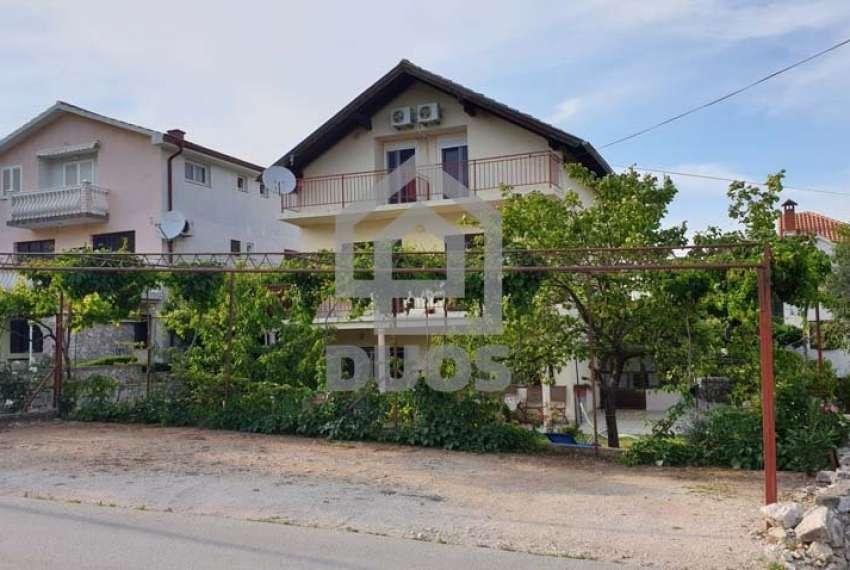 Velika kuća sa četiri jedinice u mjestu Murter 22