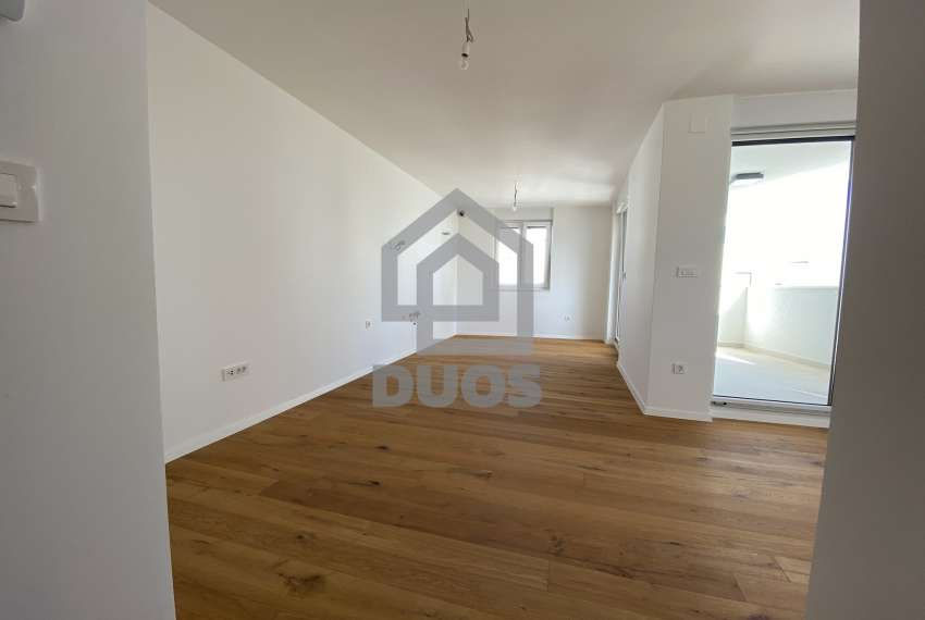 Three bedroom apartment with a balcony on the first floor 10