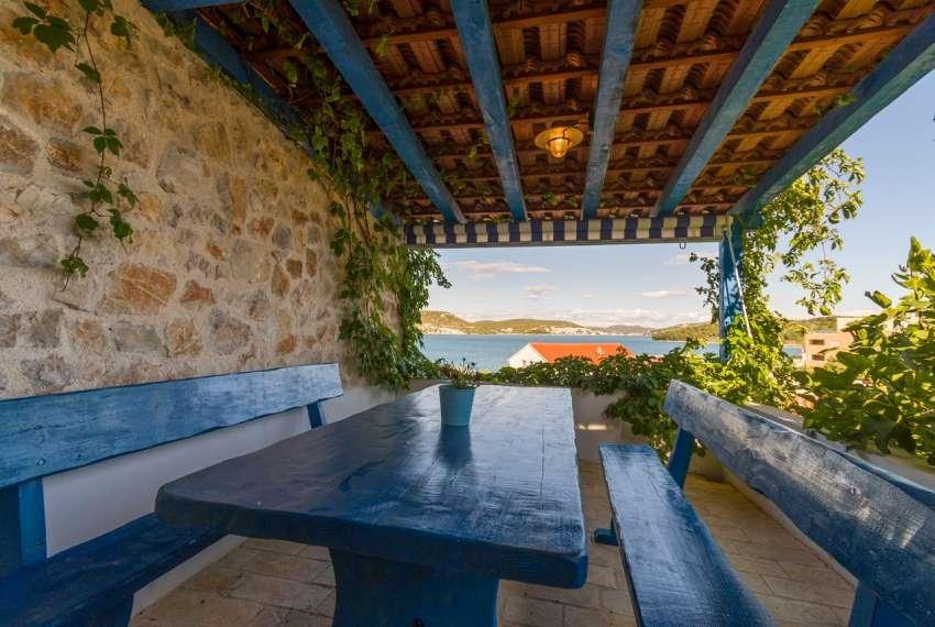 Prekrasna villa s 3 apartmana na otoku Murteru s uhodanim poslom najma 1