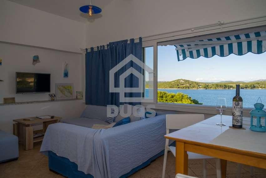 Prekrasna villa s 3 apartmana na otoku Murteru s uhodanim poslom najma 7