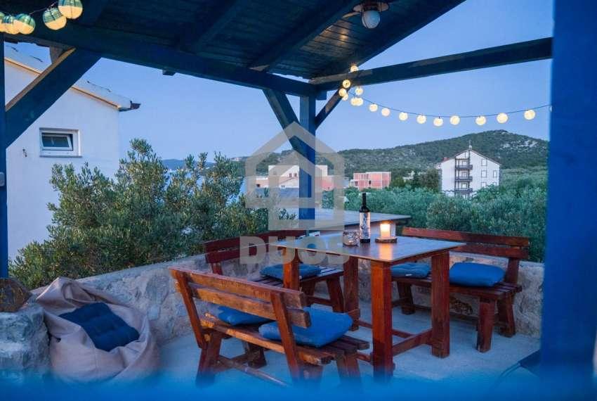 Prekrasna villa s 3 apartmana na otoku Murteru s uhodanim poslom najma 13
