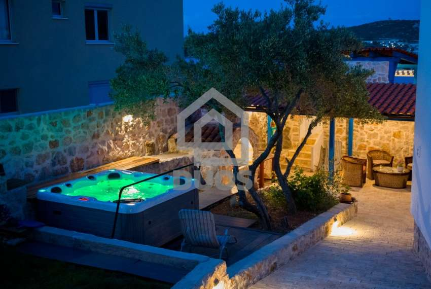 Prekrasna villa s 3 apartmana na otoku Murteru s uhodanim poslom najma 16