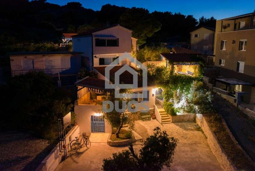 Prekrasna villa s 3 apartmana na otoku Murteru s uhodanim poslom najma 19