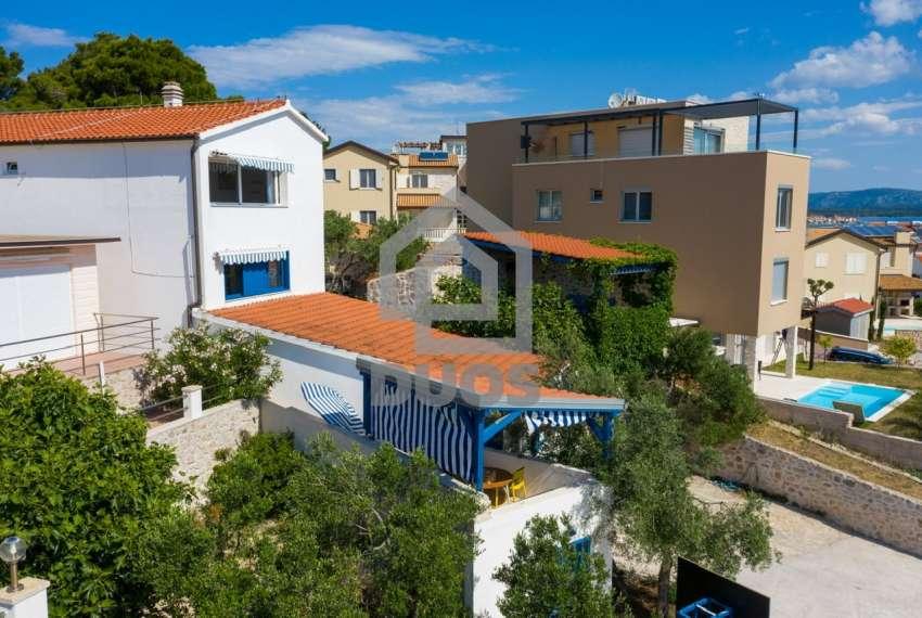 Prekrasna villa s 3 apartmana na otoku Murteru s uhodanim poslom najma 24