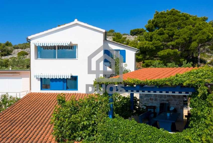 Prekrasna villa s 3 apartmana na otoku Murteru s uhodanim poslom najma 25