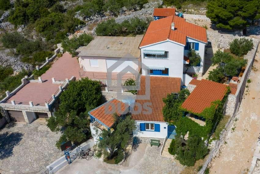Prekrasna villa s 3 apartmana na otoku Murteru s uhodanim poslom najma 26