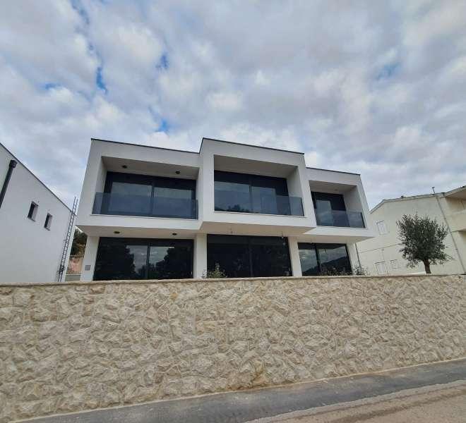 Novosagrađena vila s dvije spavaće sobe, okućnicom, parkingom i pogledom na more