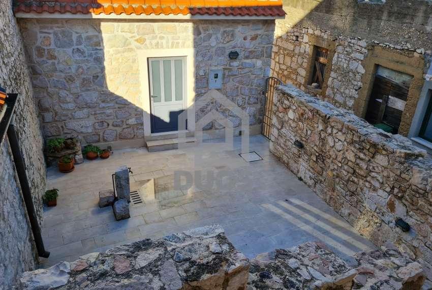 Renovirana kamena kuća spremna za useljenje - Otok Murter 12