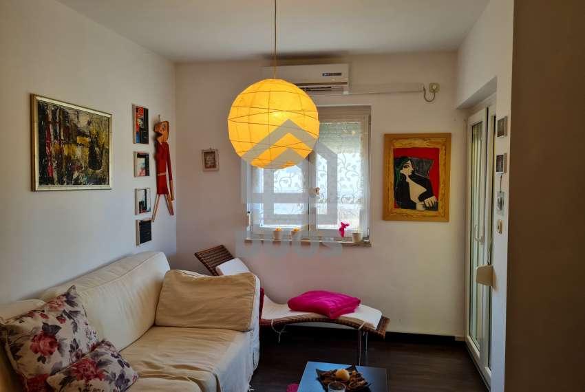 Murter - ugodan apartman u prizemlju s terasom i parkingom 12