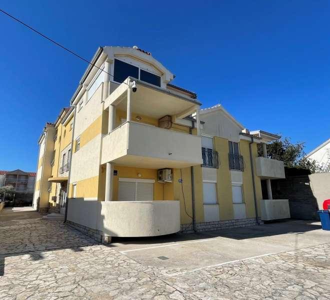 Murter - ugodan apartman u prizemlju s terasom i parkingom