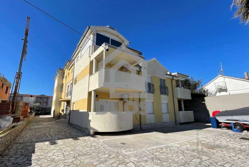 Murter - ugodan apartman u prizemlju s terasom i parkingom 24
