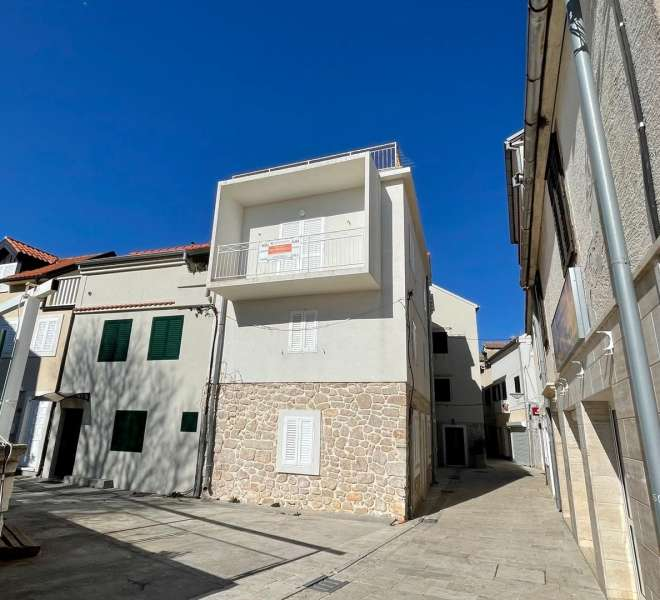 House in the center of Tisno - with sea view - office space on the ground floor