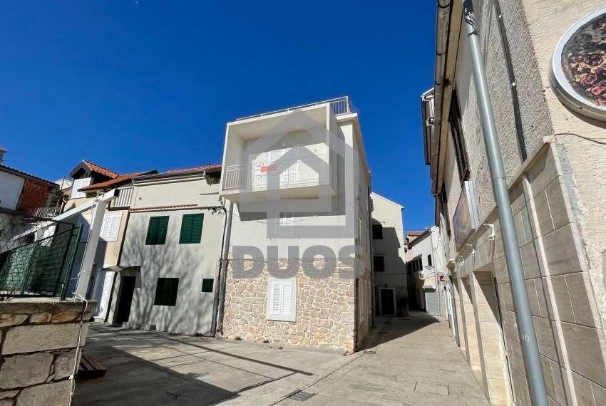 Kuća u samom centru mjesta Tisno - s pogledom na more - poslovni prostor u prizemlju 1