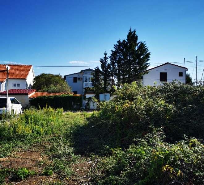 Građevinsko zemljište drugi red od mora sa idejnim projektom kuće