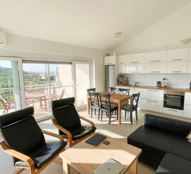 Apartman u visokom potkrovlju - kompletno namješten 75,48m3