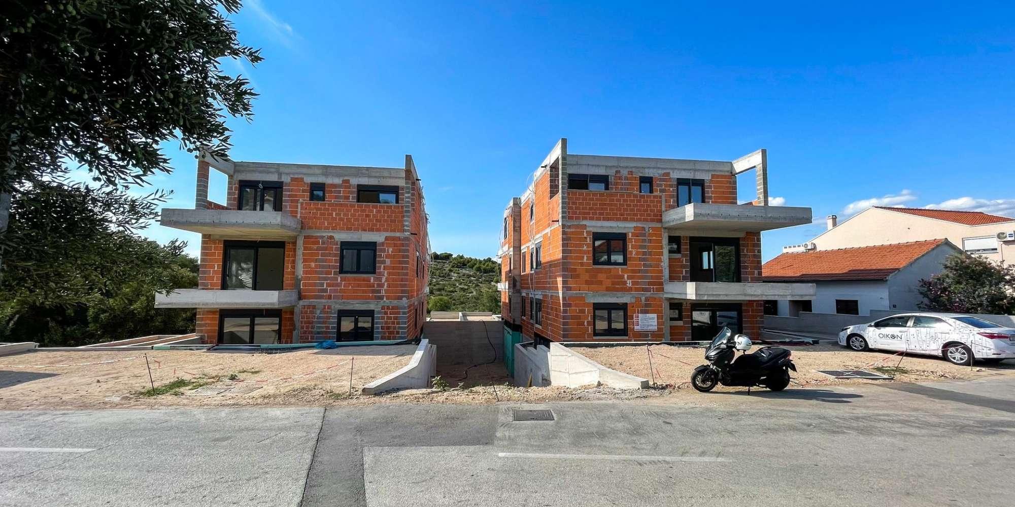 Novogradnja - stan s tri spavaće sobe - blizina plaže - Murter